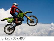 Купить «Мотоцикл на фоне неба», фото № 357493, снято 6 июля 2008 г. (c) Евгений Батраков / Фотобанк Лори