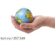 Купить «Глобус Земли, лежащий на ладони», фото № 357549, снято 28 мая 2008 г. (c) Мельников Дмитрий / Фотобанк Лори