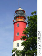 Купить «Красно-белый маяк на фоне неба», фото № 358261, снято 10 июня 2007 г. (c) Елена Ликина / Фотобанк Лори