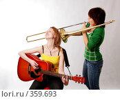 Две девушки с тромбоном и с гитарой. Стоковое фото, фотограф Варвара Воронова / Фотобанк Лори