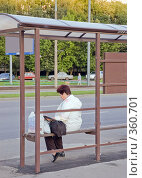 Купить «Пожилая женщина ждет автобуса на остановке», фото № 360701, снято 12 июля 2008 г. (c) Эдуард Межерицкий / Фотобанк Лори