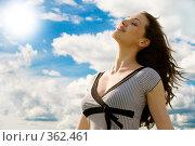 Купить «Девушка на фоне неба и лучей солнца», фото № 362461, снято 12 июля 2008 г. (c) Константин Юганов / Фотобанк Лори