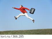Купить «Бегущий мужчина с портфелем в полете», фото № 366285, снято 9 декабря 2018 г. (c) Losevsky Pavel / Фотобанк Лори