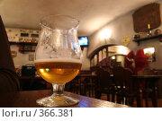 Купить «Бокал с пивом в баре», фото № 366381, снято 20 апреля 2019 г. (c) Losevsky Pavel / Фотобанк Лори