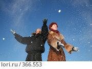 Купить «Пара в зимней одежде», фото № 366553, снято 15 октября 2018 г. (c) Losevsky Pavel / Фотобанк Лори