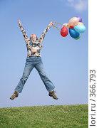 Прыгающая девушка с воздушными шарами в руках. Стоковое фото, фотограф Losevsky Pavel / Фотобанк Лори