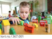 Купить «Мальчик играет в игрушки», фото № 367001, снято 21 июля 2018 г. (c) Losevsky Pavel / Фотобанк Лори