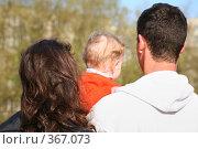 Купить «Семья на прогулке», фото № 367073, снято 19 марта 2019 г. (c) Losevsky Pavel / Фотобанк Лори