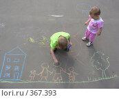 Купить «Дети рисуют мелками на асфальте», фото № 367393, снято 28 июня 2006 г. (c) Losevsky Pavel / Фотобанк Лори