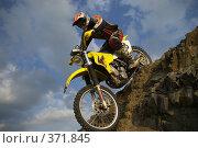Купить «Гонщик эндуро, спуск с горы», фото № 371845, снято 21 июля 2008 г. (c) Талдыкин Юрий / Фотобанк Лори