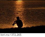 Купить «Мечты. Сидящий мальчик на фоне отражения заходящего солнца в воде», фото № 372265, снято 1 июня 2005 г. (c) A Челмодеев / Фотобанк Лори
