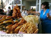Прилавок с выпечкой и сыром (2007 год). Редакционное фото, фотограф Юлия Паршина / Фотобанк Лори