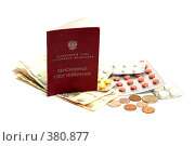 Пенсионное удостоверение на деньгах и таблетках. Стоковое фото, фотограф Олег Пивоваров / Фотобанк Лори