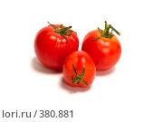 Три помидора лежат вместе кучкой. Стоковое фото, фотограф Олег Пивоваров / Фотобанк Лори