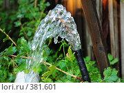 Купить «Поток воды из шланга направленного вверх», фото № 381601, снято 31 июля 2008 г. (c) Артём Анисимов / Фотобанк Лори