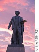 Купить «Памятник художнику Илье Репину на фоне закатных облаков», фото № 384721, снято 16 июля 2018 г. (c) Эдуард Межерицкий / Фотобанк Лори