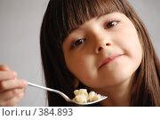 Купить «Девочкa ест макароны», фото № 384893, снято 21 августа 2018 г. (c) Tamara Sushko / Фотобанк Лори