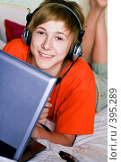 Купить «Подросток с ноутбуком», фото № 395289, снято 25 мая 2019 г. (c) Ольга С. / Фотобанк Лори