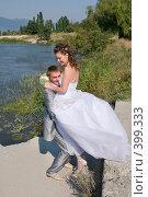 Купить «Свадьба. Весёлые молодожёны, жизнерадостные, счастливые.», фото № 399333, снято 8 августа 2008 г. (c) Федор Королевский / Фотобанк Лори