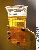 Купить «Стакан пива в руке», фото № 399597, снято 31 марта 2007 г. (c) Vasily Smirnov / Фотобанк Лори