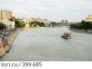 Купить «Буксир на Москве-реке и Большой Краснохолмский мост», фото № 399685, снято 11 июня 2008 г. (c) Дмитрий Яковлев / Фотобанк Лори