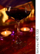 Купить «Бокал красного вина со свечами», фото № 401133, снято 9 августа 2008 г. (c) Татьяна Заварина / Фотобанк Лори