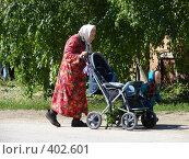 Бабушка с внучкой везут детскую коляску (2007 год). Редакционное фото, фотограф Александр Башкатов / Фотобанк Лори