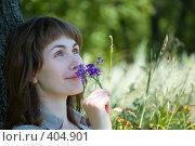 Купить «Девушка в поле нюхает цветы и мечтает», фото № 404901, снято 13 июля 2008 г. (c) Арестов Андрей Павлович / Фотобанк Лори