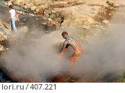 Купить «Дачные горячие источники. Человек в лечебной голубой глине. Камчатка», фото № 407221, снято 21 августа 2019 г. (c) Владимир Карпов / Фотобанк Лори