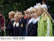 Купить «Группа детей первоклассников на линейке у школы», фото № 409949, снято 1 сентября 2007 г. (c) Михаил Мозжухин / Фотобанк Лори