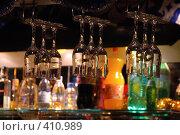 Купить «Бокалы над барной стойкой», фото № 410989, снято 14 января 2006 г. (c) Дмитрий Рукша / Фотобанк Лори