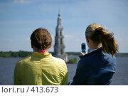 Купить «Девушки фотографируют на сотовый телефон колокольню в Калязине», фото № 413673, снято 5 июня 2007 г. (c) Михаил Мозжухин / Фотобанк Лори