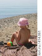Маленькая девочка на байкальском пляже. Стоковое фото, фотограф Дарья Киселева / Фотобанк Лори