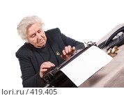 Пожилая женщина печатает на пишущей машинке. Стоковое фото, фотограф Михаил Лавренов / Фотобанк Лори