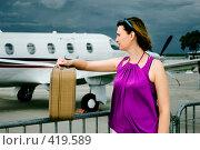 Купить «Девушка и самолет», фото № 419589, снято 23 мая 2018 г. (c) Алексей Хромушин / Фотобанк Лори