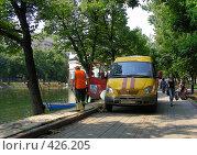 Купить «Москва. Рабочие очищают от водорослей Чистые Пруды», эксклюзивное фото № 426205, снято 14 августа 2008 г. (c) lana1501 / Фотобанк Лори