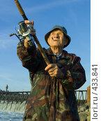 Купить «Портрет пожилого рыбака на фоне синего неба», фото № 433841, снято 23 августа 2008 г. (c) УНА / Фотобанк Лори