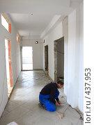 Купить «Строящийся офис, плиточник», эксклюзивное фото № 437953, снято 11 августа 2008 г. (c) Дмитрий Неумоин / Фотобанк Лори