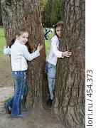 Обнимать дерево (2008 год). Редакционное фото, фотограф Варвара Воронова / Фотобанк Лори