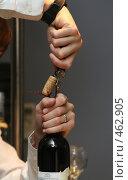 Официант открывает бутылку вина. Стоковое фото, фотограф Ирина Терентьева / Фотобанк Лори