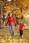 Мама с сыном бегут по осеннему парку, фото № 465957, снято 30 мая 2017 г. (c) Losevsky Pavel / Фотобанк Лори