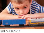 Купить «Мальчик играет с железной дорогой», фото № 467917, снято 17 июля 2018 г. (c) Losevsky Pavel / Фотобанк Лори