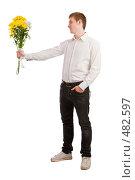 Купить «Молодой человек в белой рубашке  дарит букет цветов», фото № 482597, снято 27 сентября 2008 г. (c) Баевский Дмитрий / Фотобанк Лори