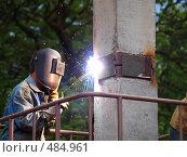 Купить «Сварщик, сваривающий две сваи вместе перед погружением», фото № 484961, снято 12 мая 2008 г. (c) Buka / Фотобанк Лори