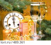 Купить «Старинные часы, шампанское, подарки и еловая ветка. Новогоднее украшение.», фото № 489361, снято 27 сентября 2008 г. (c) Мельников Дмитрий / Фотобанк Лори