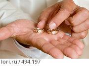 Купить «Два обручальных кольца из белого золота и с алмазами на мужской ладони», фото № 494197, снято 4 октября 2008 г. (c) Федор Королевский / Фотобанк Лори