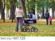 Купить «Мама с коляской», фото № 497729, снято 5 октября 2008 г. (c) Сергей Лаврентьев / Фотобанк Лори