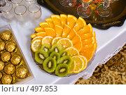 Купить «Фруктовая нарезка на сервированном столе», фото № 497853, снято 4 октября 2008 г. (c) Федор Королевский / Фотобанк Лори