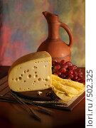 Купить «Натюрморт с сыром, виноградом  и керамической винной бутылкой», фото № 502325, снято 11 декабря 2005 г. (c) Татьяна Белова / Фотобанк Лори