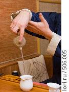 Купить «Китайская чайная церемония - сливание заваренного чая в чахай (море чая)», фото № 506005, снято 23 декабря 2005 г. (c) Иван Сазыкин / Фотобанк Лори